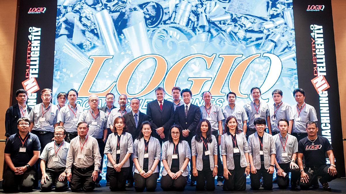 ジェイコブ・ハルパスCEO兼IMCグループ社長(上段右から8番目)と同社の販売と技術サービスを行うスタッフ