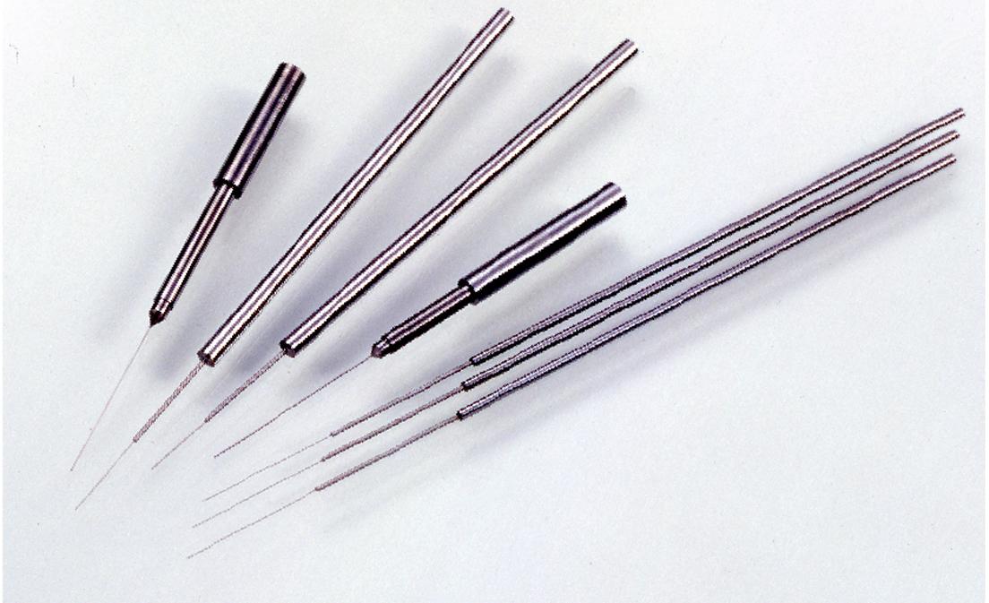 高速通信に欠かせない光通信関連部品のUNITECH製光ファイバーコネクタ用成形ピン。多芯用で先端寸法はφ0.08mm〜、外径・円筒度公差は±0.1ミクロン