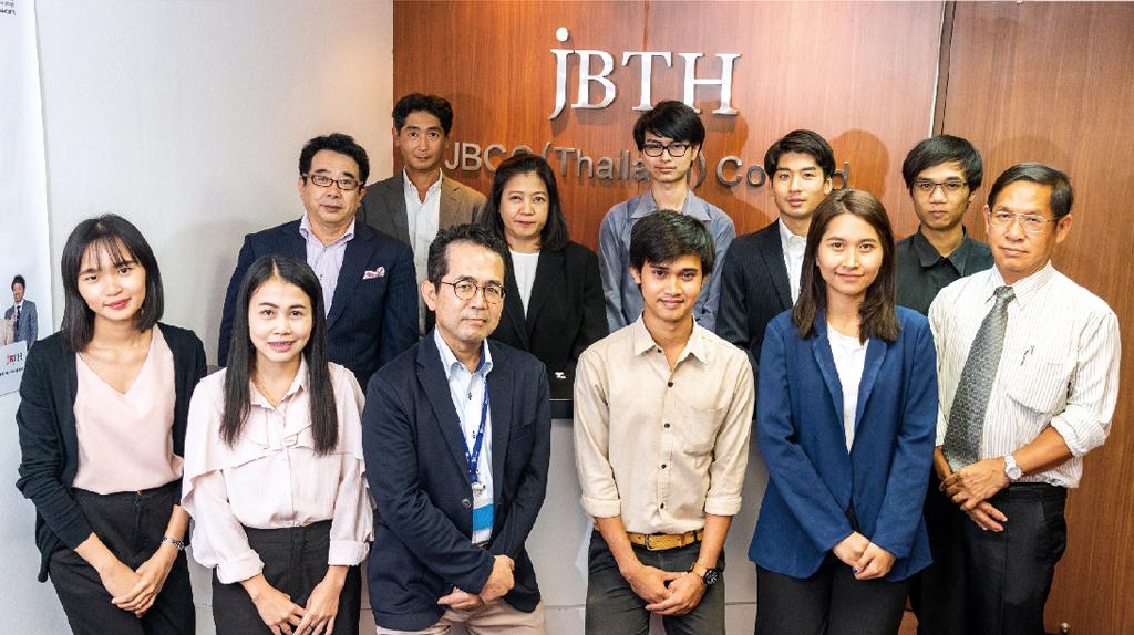 「お客さまが真に必要としているソリューションを提供していきます」と冨山代表取締役(前列左から3番目)