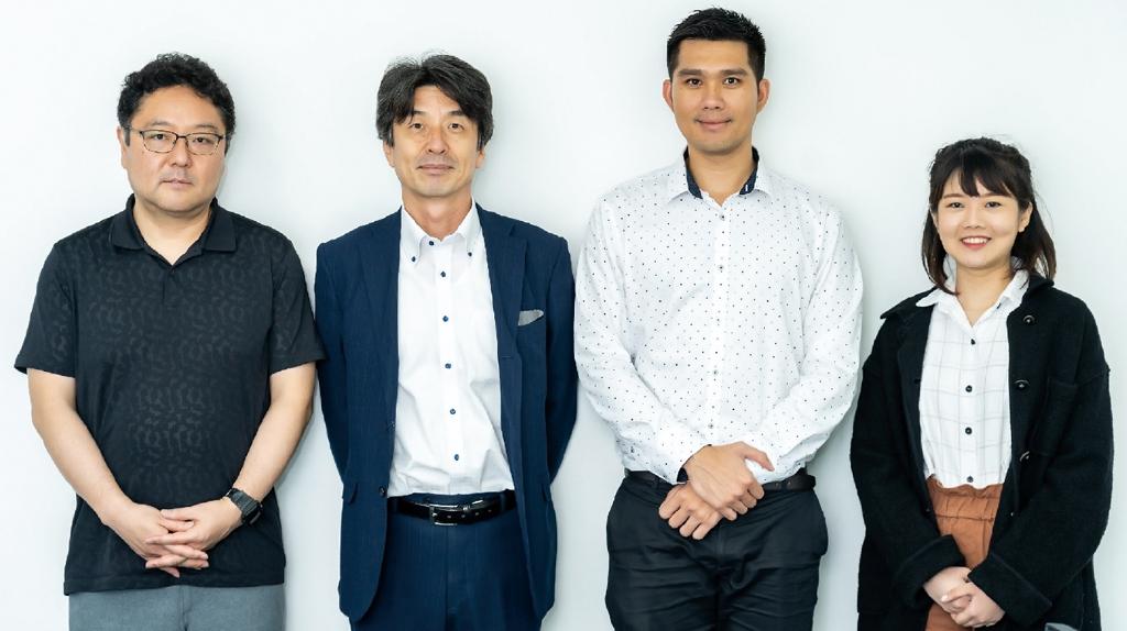 左から、松下太郎ブランディング・マーケティング・ディレクター、バンコク事務所 上岡健司所長、タナコン グローバルITディレクター(タイ人スタッフ)
