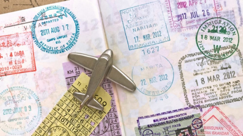 中国やインドなどの到着ビザを停止