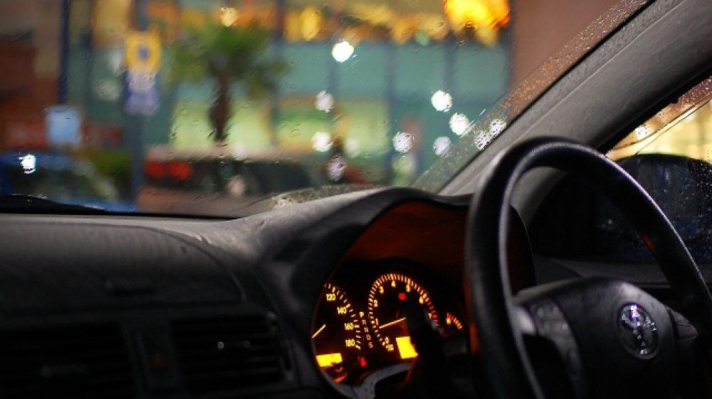 疲労により車内で熟睡  通行人が死の危険と勘違い
