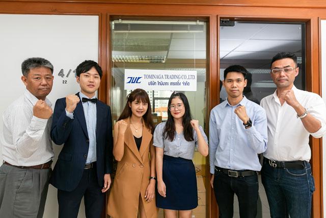 ประธานของบริษัทโทมินากะ Mr. Kazuhiro Tominaga (ริมขวา) และManaging Director ของบริษัท Tominaga Trading Mr.Shinichiro Arao (ริมซ้าย), พนักงานคนสำคัญผู้เป็นความหวังของฝ่ายขาย Mr.Bando (คนที่สองจากซ้าย) และ Mr.Supakit Pitakchokchai (คนที่สองจากขวา) จะเป็นผู้นำเสนอยูนิฟอร์มที่เหมาะสมที่สุดให้กับลูกค้า