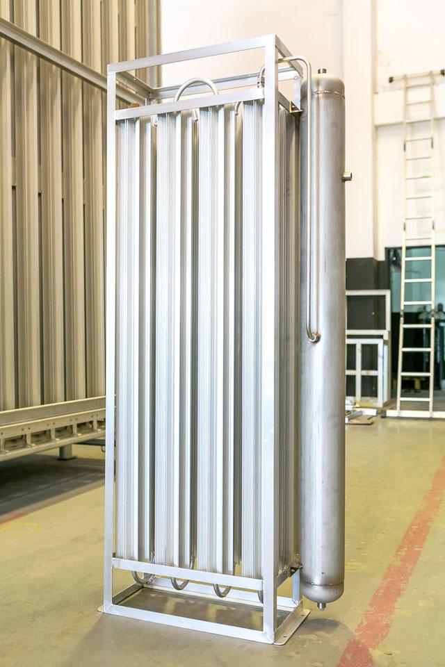 日本の規格に合わせて作られた「炭酸LGC用 高効率ベーパーライザー CD040」。温水不要、消費電力は付属のファンのみ(AC100V 90W)、気化能力40kg/hr(日本向けに輸出)