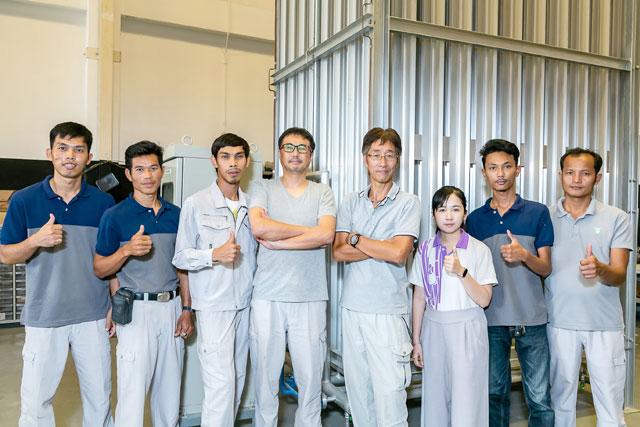 岡林代表取締役(右から4番目)と岩野マネージングダイレクター(同左)を囲む現場スタッフら